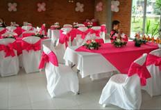 Sillas y mesas, centros de mesa