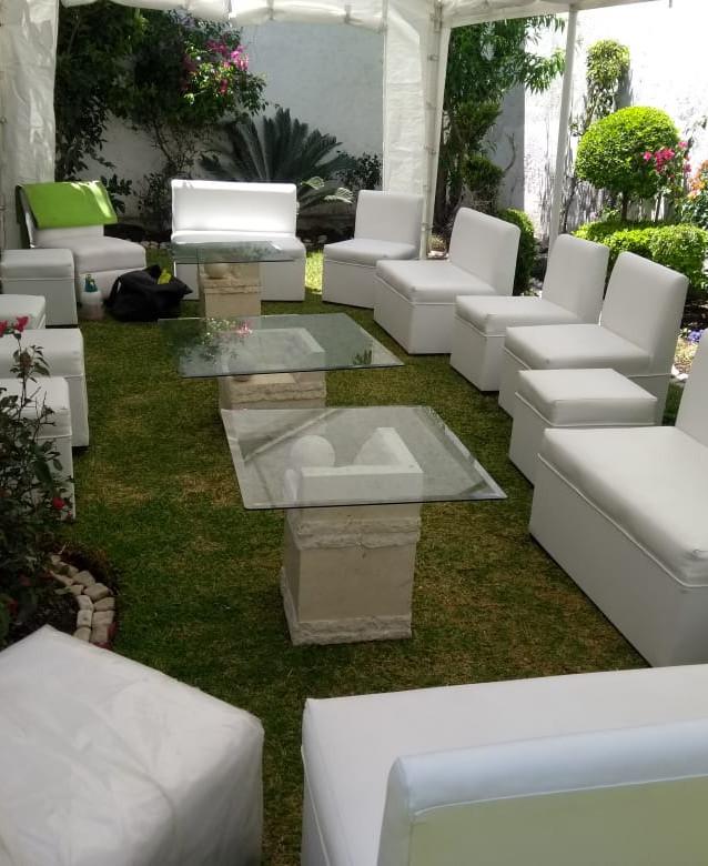 Sala lounge con mesitas