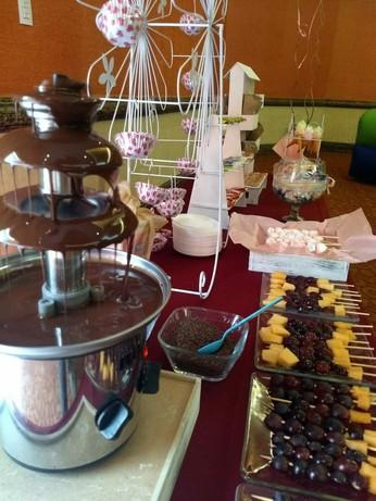 Fuente de chocolate y mesa de dulces