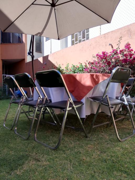 Renta de sombrillas y sillas acojinadas