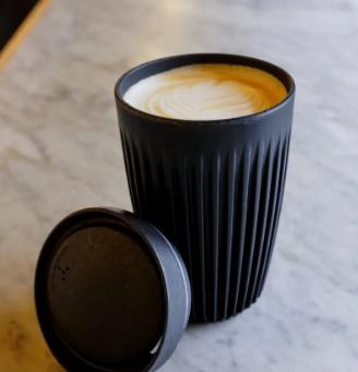 Rede de cafeterias adota copos retornáveis feitos de casca de café
