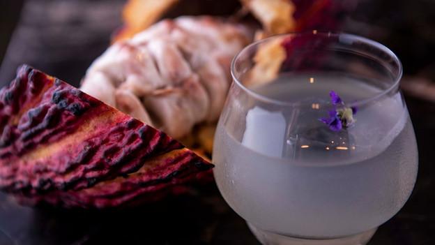 Com drink de abóbora, sanduíche de ostra e decoração repaginada, o speakeasy SubAstor, na Vila Madal