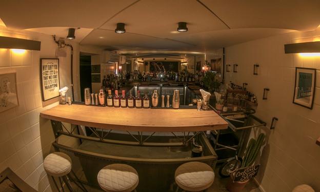 Pequeno e grandioso, o bar de drinks Apothek, em Pinheiros, agora também abre aos sábados