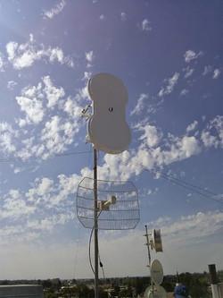 airfiber5-gallery-pole-installation2x (1).jpg