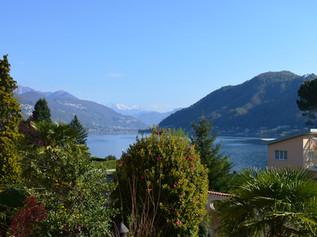 Der wunderschöne Ausblick vom Balkon auf den See.