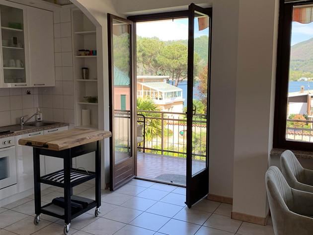 Küche mit direktem Zugang zum Balkon