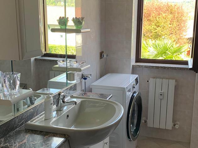 Komfortables Badezimmer mit Waschmaschine