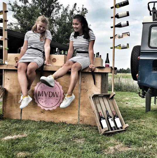 De Meisjes bewonderen hun nieuwe schoenen van Van den Assem!