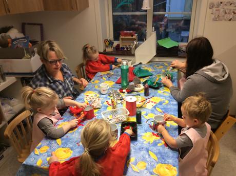 Julskapande på Stubben: Vi tränar vårt kreativa sinne genom att göra julburkar, tomtebobbor och måla