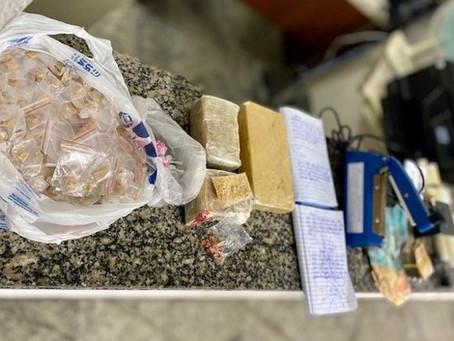 Zona Oeste: Rota detém homem e apreende quase 1 mil porções de drogas e arma