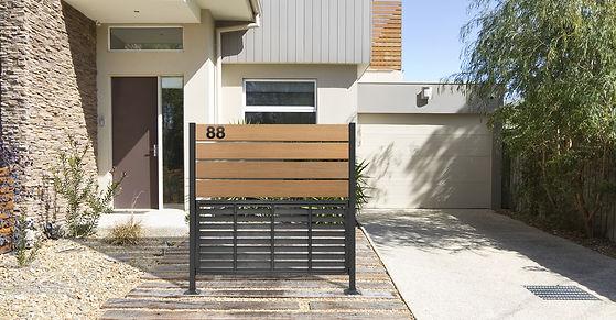 Lifestyle_exterior_home_Distinct Screen_
