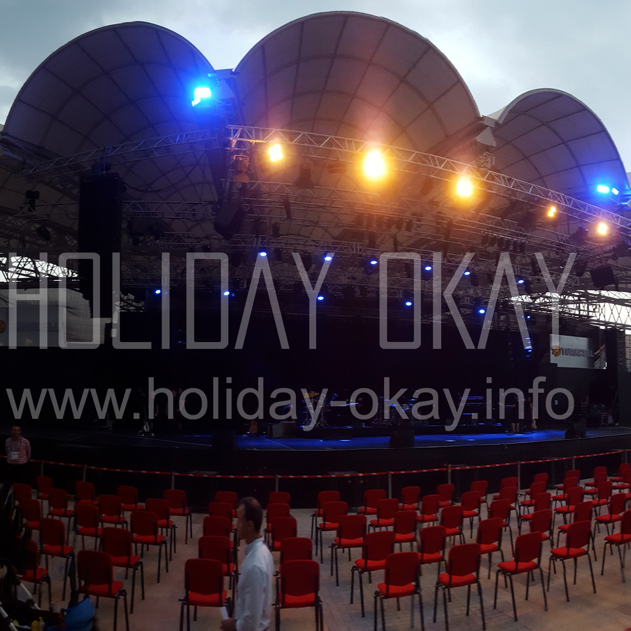 HOLIDAY OKAY | SIMPLY RED CONCERT