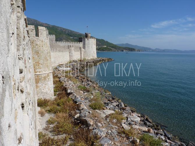 Die historische Burganlage *Mamure Kalesi* bei Anamur an der türkischen Südküste.