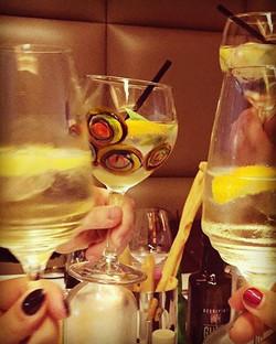 Surrounded! #labottegenk #p2011 #colourbringsasmile #apero #gin #gintonic thx D for this shot!