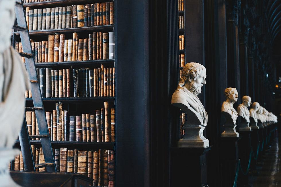 bibliothèque et statues grecques