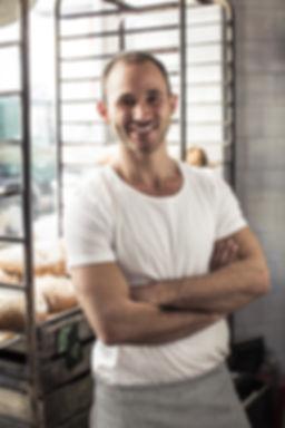 Gründer der Marke Viyannolo - nat+ürlich glutenfrei Mehl in der Backstube seines Unternehmens.