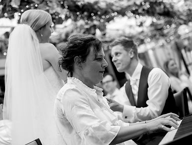 Esther van Es achter de piano op een bruiloft
