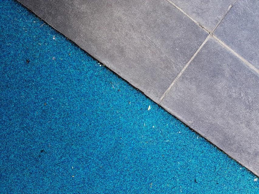 Špinavý koberec a dlažba