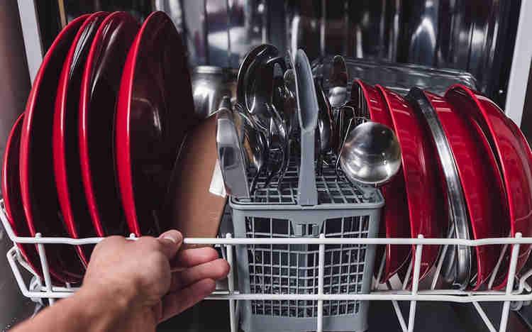 Červené talíře v myčce nádobí