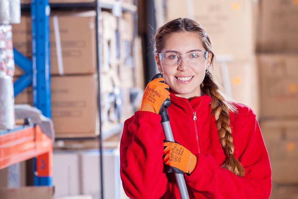 Profesionální úklidová pracovnice ve skladu