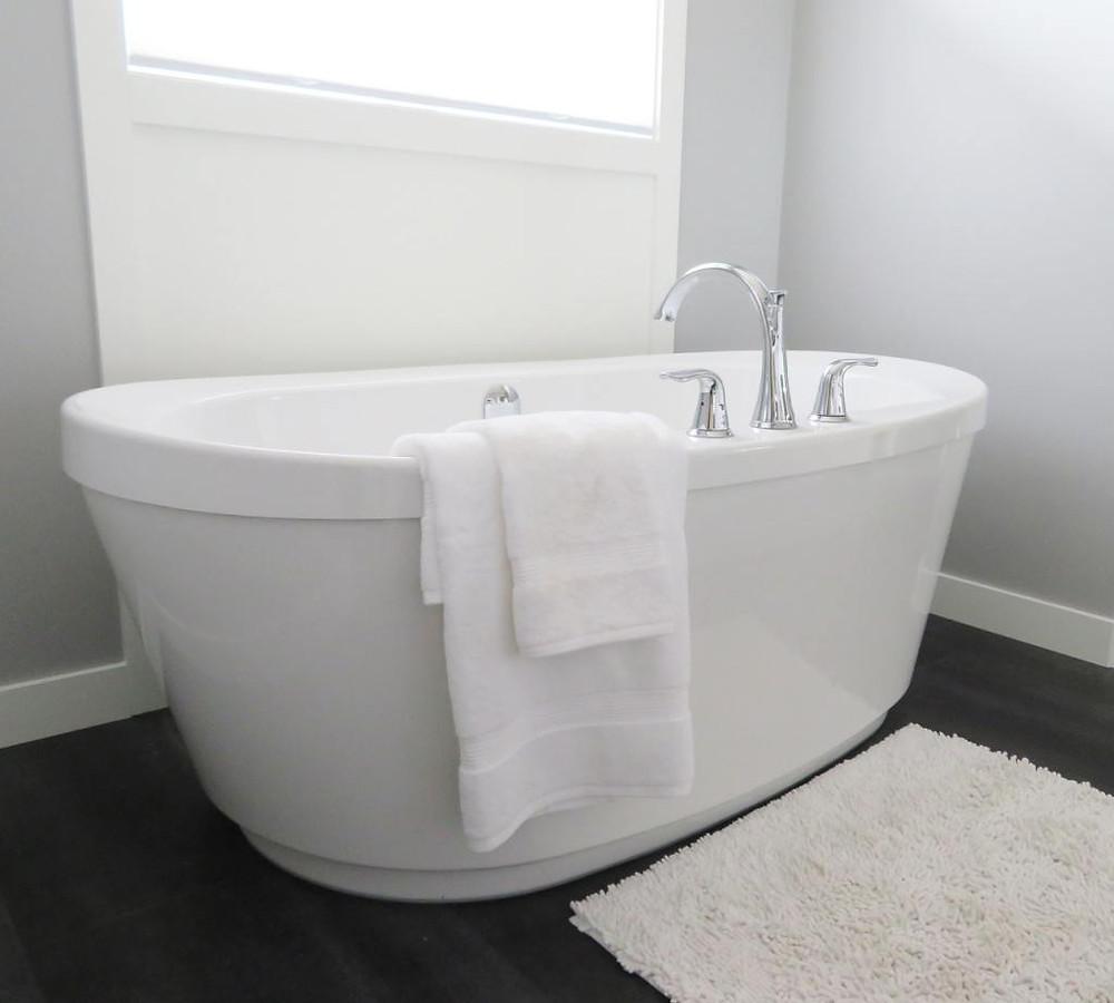 Volně stojící vana a koupelnová rohož