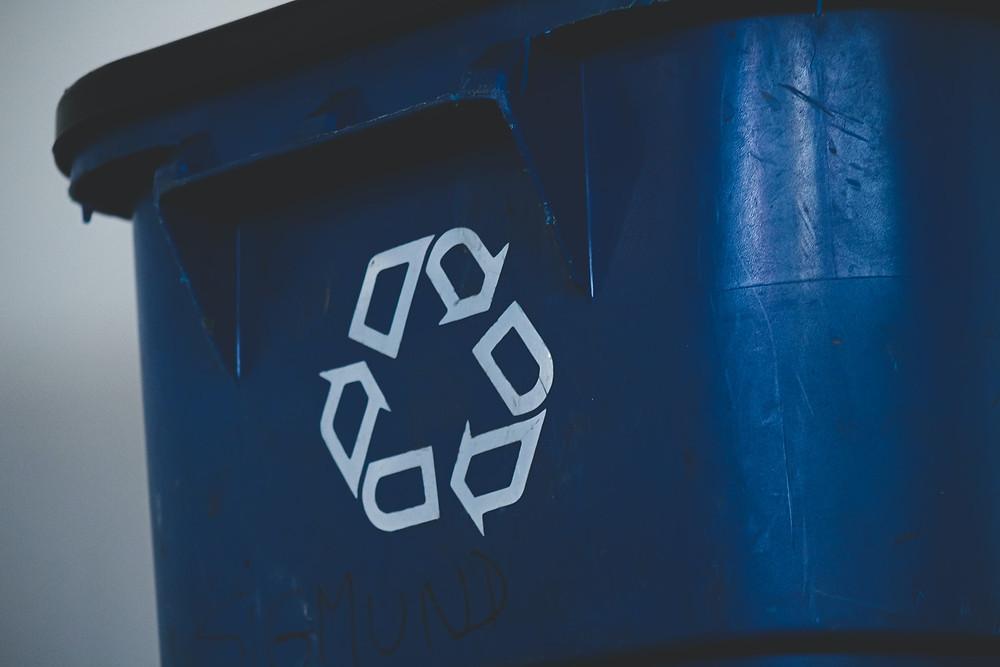 Modrá popelnice na papír