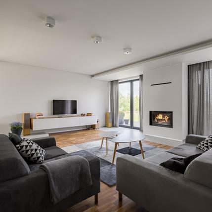 Weißes und graues Wohnzimmer