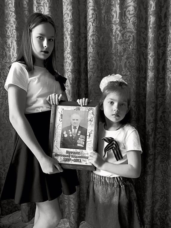 Павлова Анна и Александра с прадедушкой Буглак Григорием Филипповичем