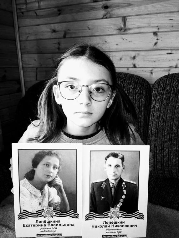 Щелина Полина с прабабушкой Лепёшкиной Екатериной Васильевной и прадедушкой Лепёшкиным Николаем Николаевичем