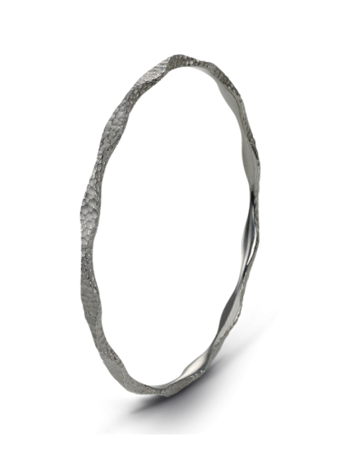 HERA Agora Wave Bangle in Hammered Midnight Sterling Silver