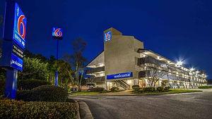 Motel_6_Memphis_Downtown_Exterior-4.jpg