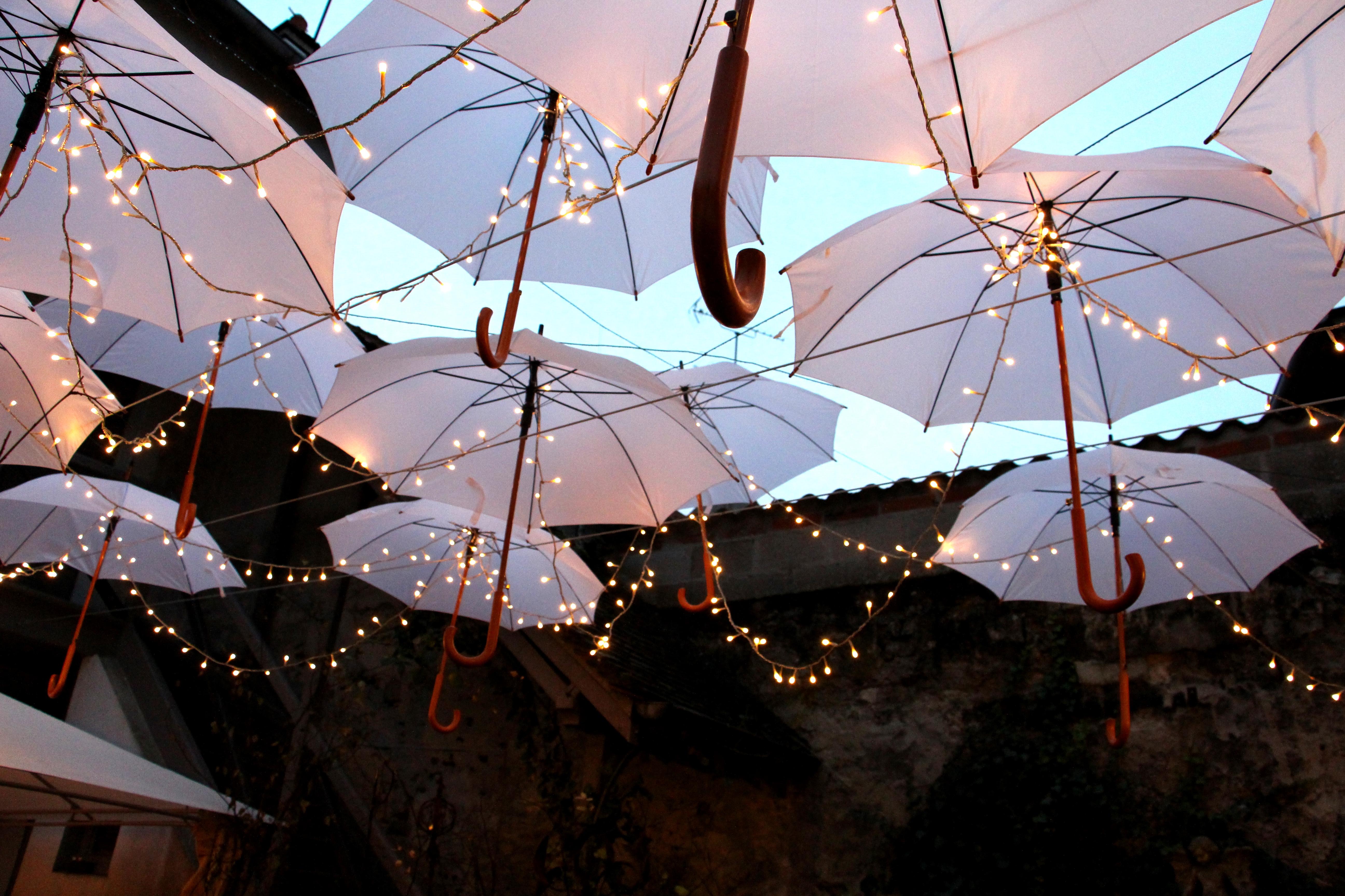 Blanche sous les parapluies