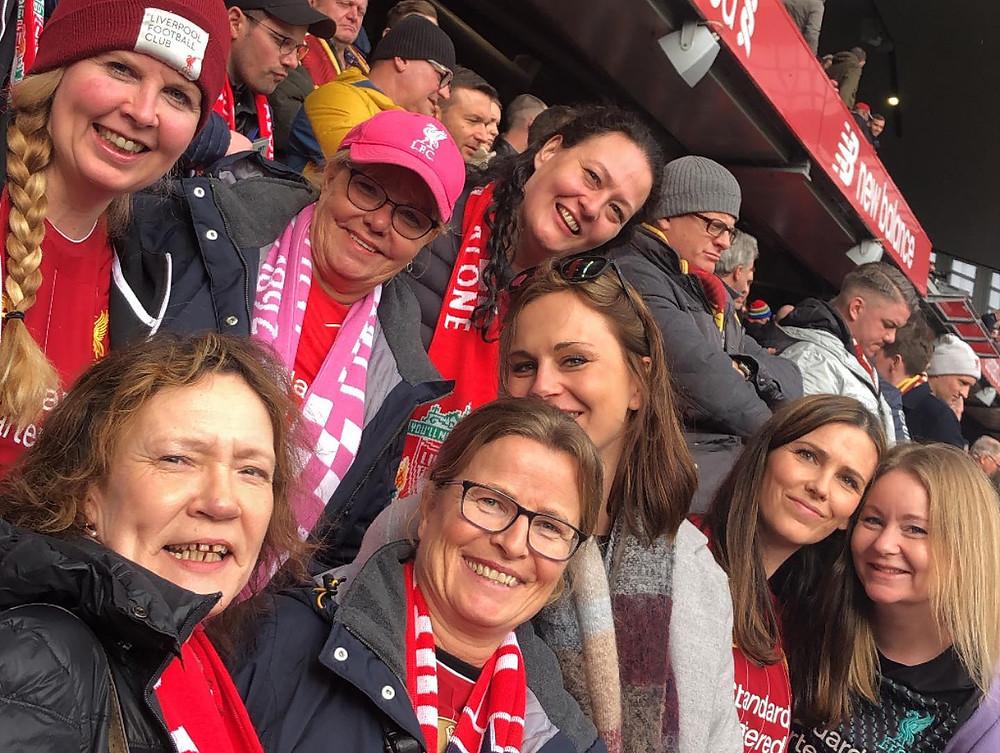 En gjeng med Livergirls samlet på Anfields tribunder i mars 2020. Foto: Liverpool.no