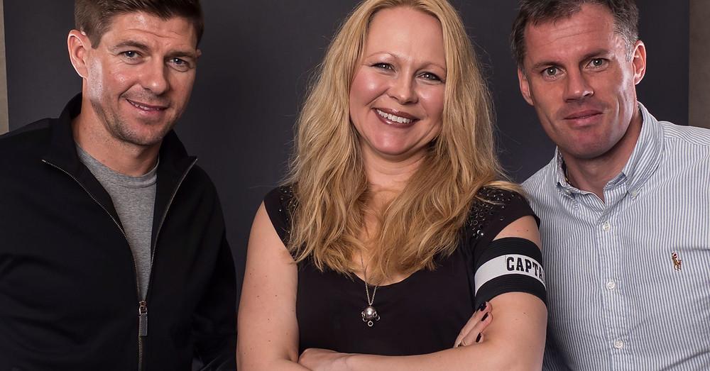 Ragnhild Lund Ansnes sammen med Steven Gerrard og Jamie Carragher. Foto: Liverpoolkapteiner/Tony Woollisc