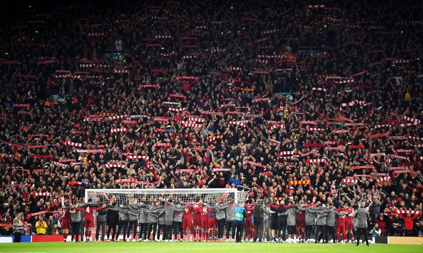 Spillere og støtteapparat foran the Kop etter CL semfinalen mot Barcelona  Foto: Steve Hunter