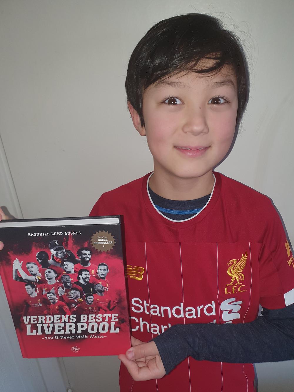 """Kevin Gjeldnes er 10,5 år gammel og har lest """"Verdens beste Liverpool"""" Tidligere i vinter holdt han foredrag om boka for klassekameratene sine. Foto: privat"""
