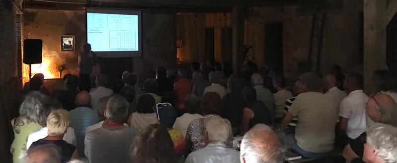 conférence à coté des cases à ocre avec 60-70 personnes