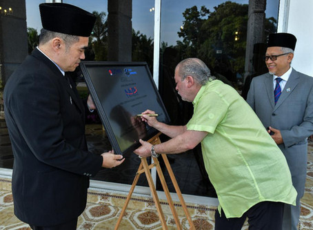 Plaque signing by His Royal Highness The Sultan Of Johor