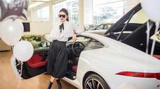 Á hậu Huyền My rời Mercedes-Benz, 'lên đời' Jaguar F-Type hơn 6 tỷ. Đánh dấu tuổi 24.