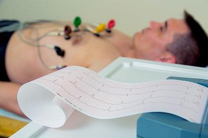 homem-fazendo-eletrocardiograma.jpg
