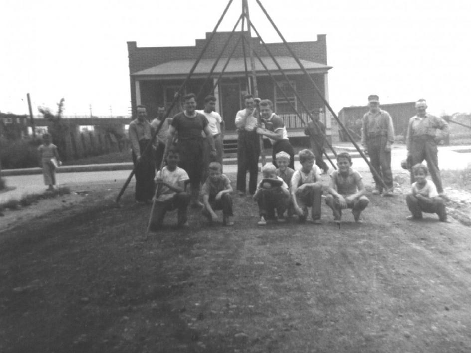 Installation d'une balançoire St-Josaphat (1950)