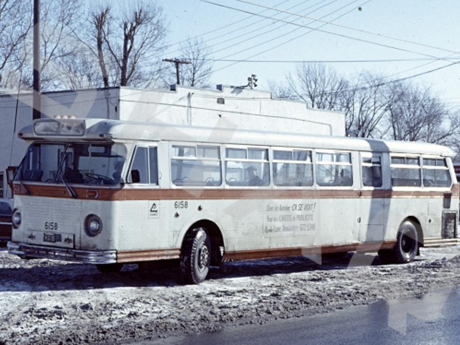Autobus Chambly Transport devant l'ancien garage qui était situé au coin de Churchill et Victoria.