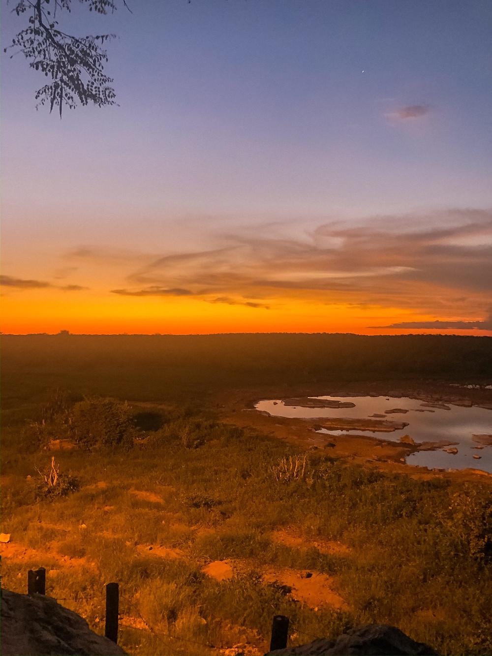 Etosha-Nationalpark-Namibia-Selbstfahrer-Camping-Regenzeit-Sonnenuntergang-Wasserloch