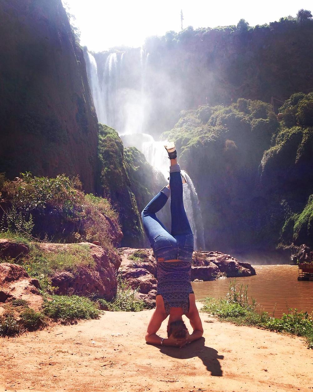 Kopfstand am Wasserfall