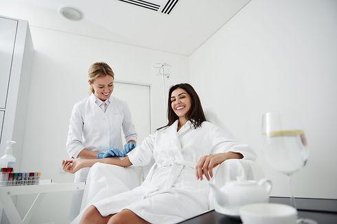 happy-woman-undergoing-iv-vitamin-therap