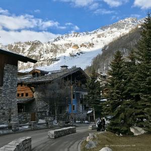 Rue au centre de la station de ski mythique de Val d'Isère