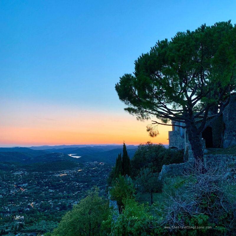 Coucher de soleil sur Cabris, village perché du Pays de Grasse, capitale mondiale de la parfumerie