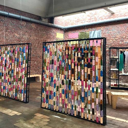 Paravent en bobines de fil coloré, atelier du musée de la Manufacture de Roubaix, excursion effectuée au départ de Lille