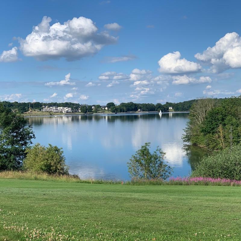 Le Golden Lakes Hotel & Village, vus depuis le Golf des Lacs de l'Eau d'Heure