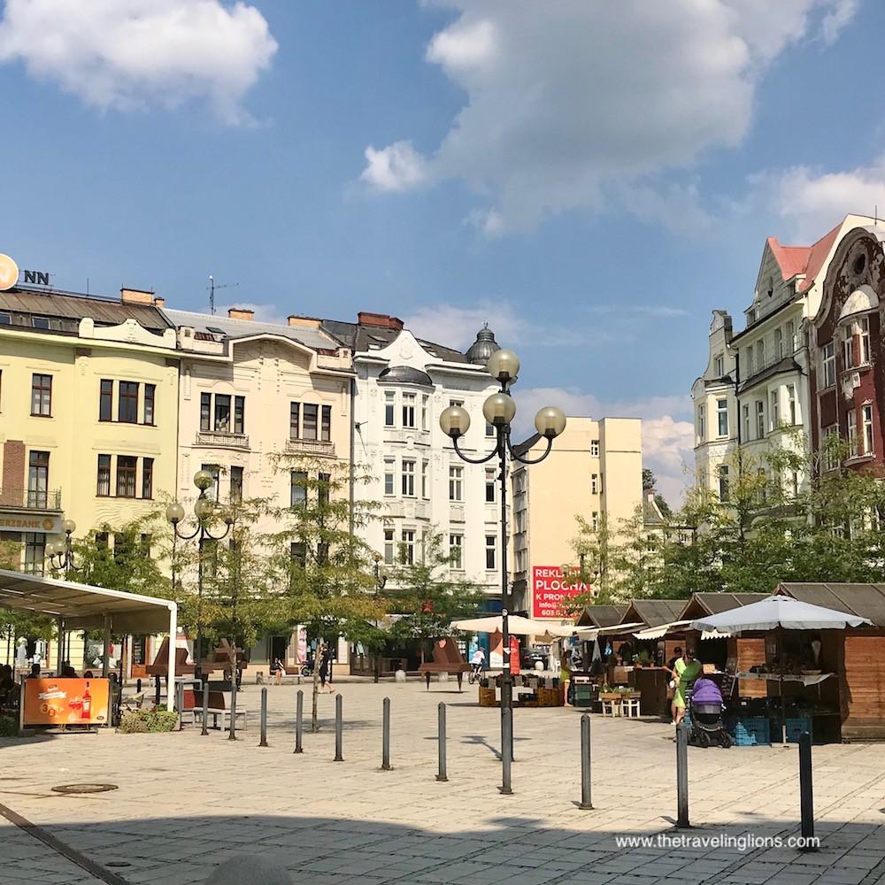 Un marché sur une petite place d'Ostrava, République tchèque
